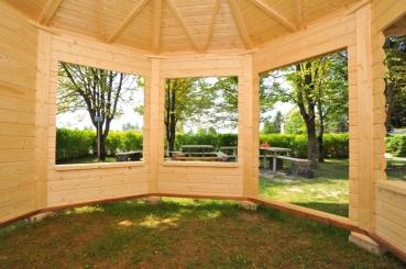 gartenpavillon aus holz mit offenen und zuenen w nden. Black Bedroom Furniture Sets. Home Design Ideas