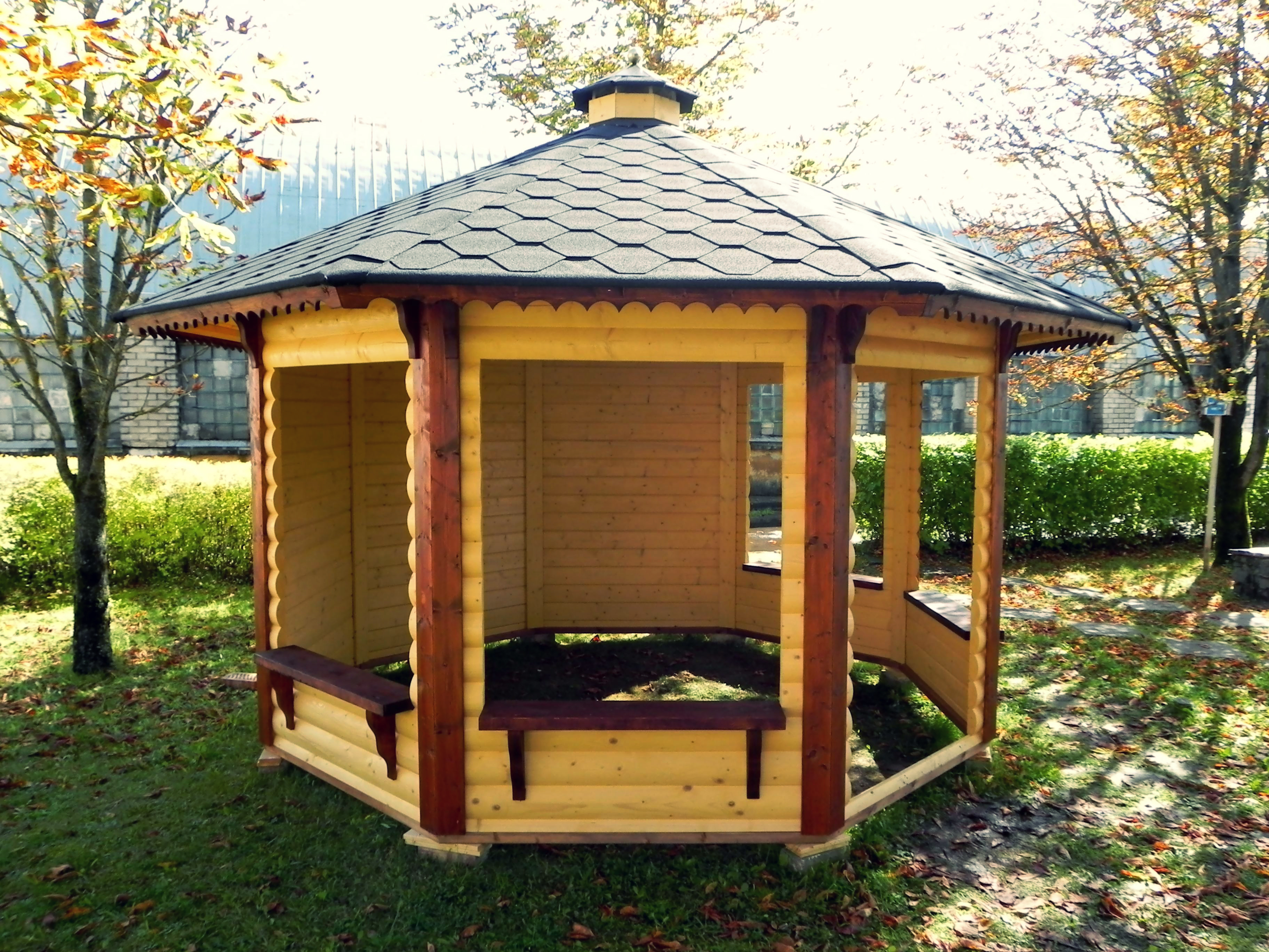 gartenpavillon aus holz mit offenen und zuenen w nden. Black Bedroom Furniture Sets. Home Design Ideas