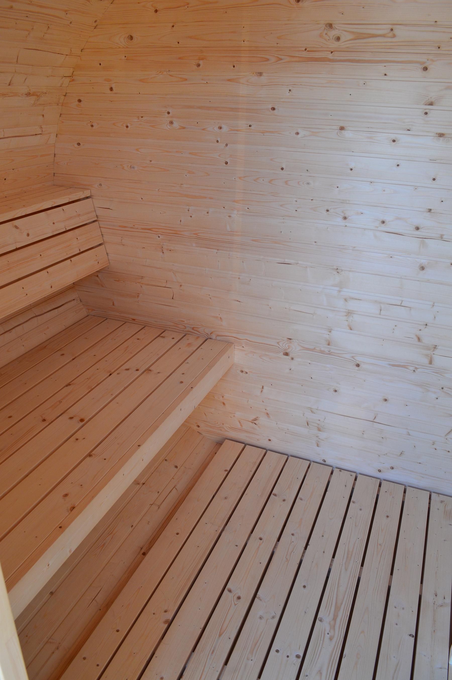 Ovale Fasssauna Bausatz mit Holzofen. Selbstverständlich sind ...